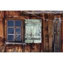Okno w drewnianym domku
