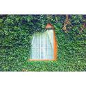 Okno wśród zielonych liści