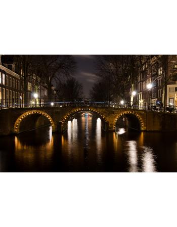 Most w Amsterdamie nocą