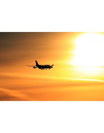 Lecący samolot w stronę słońca